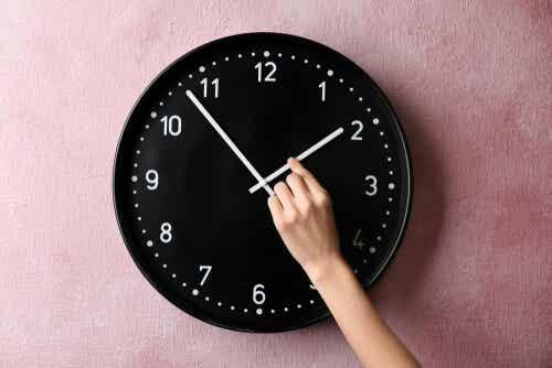 En person som justerer en klokke.