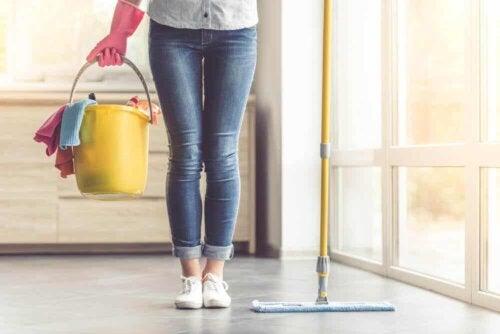 En kvinde, der gør rent