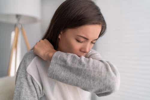 Μια γυναίκα που βήχει.