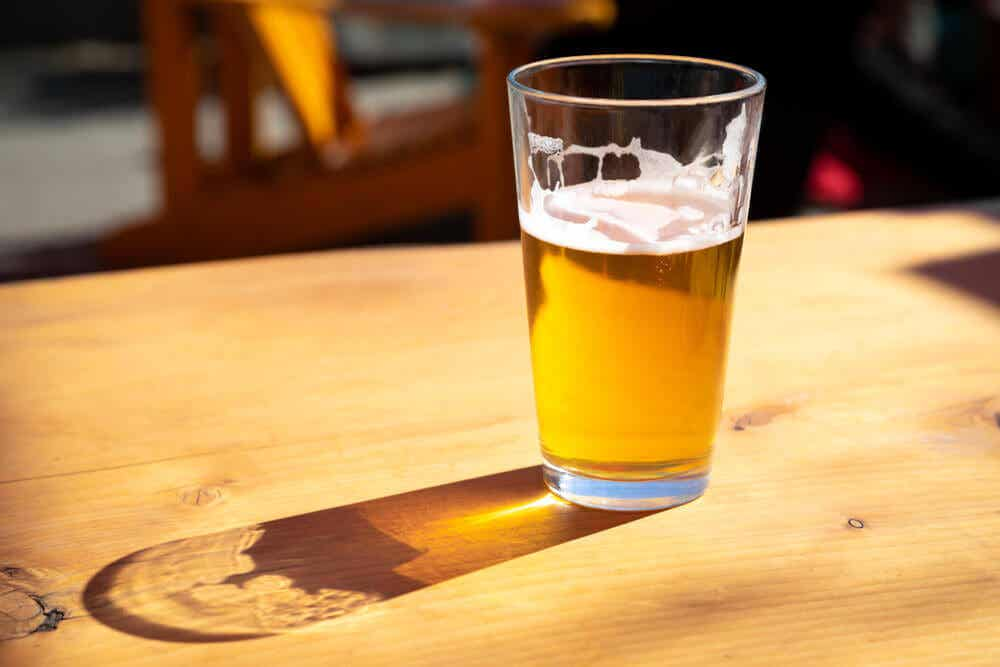 Et glass øl på et trebord.