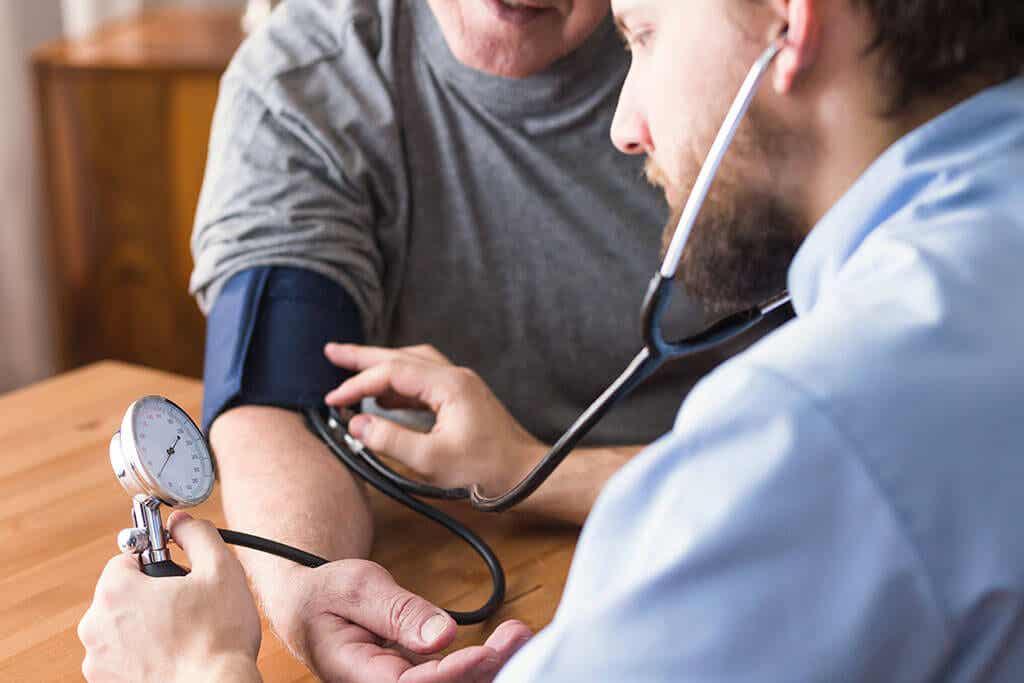 Ένας γιατρός παίρνει την αρτηριακή πίεση του ασθενούς.