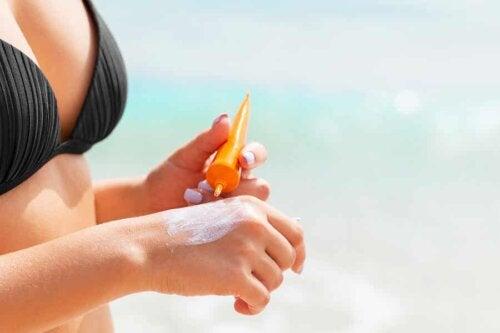 En kvinne som bruker solkrem.
