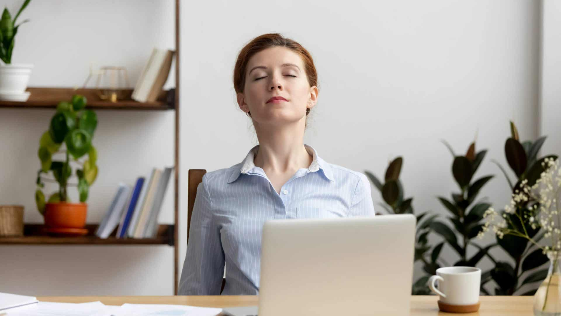 Μπλε φως: μια γυναίκα ξεκουράζεται μπροστά στον υπολογιστή της.
